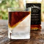 斜めの氷!?ウイスキーがもっとおいしくなるグラス